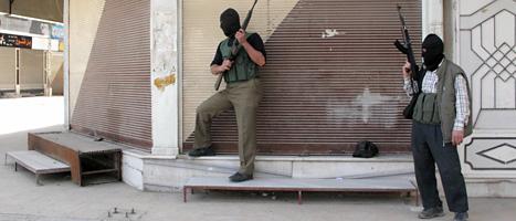 Rebeller i FSA står på vakt i en förort till Syriens huvudstad Damaskus. Foto: AP/Scanpix.