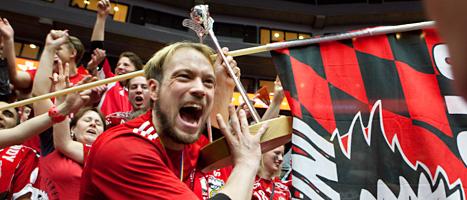 Hannes Öhman jublar över SM-guldet i innebandy. Foto: Drago Prulovic/Scanpix