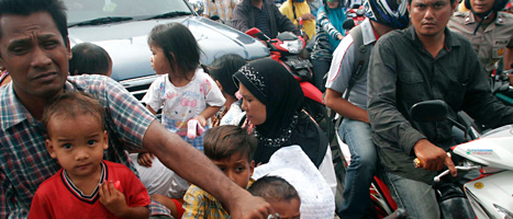 Folk flydde från kusten när tsunami-varningarna kom. Foto:Heri Juanda/Scanpix