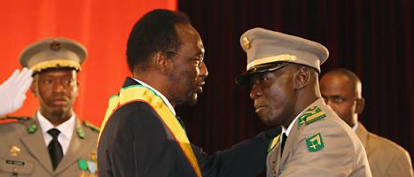 Malis nya president Traoré hälsar på en av militärernas ledare. Foto: Harouna Traoré/Scanpix