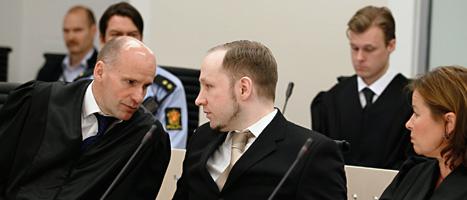 Anders Behring Breivik i rättssalen mellan sina försvarare. Foto: Heiko Junge/Scanpix