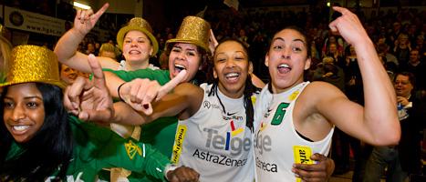 Telges tjejer firar att de vunnit SM-guld i basket. Foto: Jonas Ekströmer/Scanpix