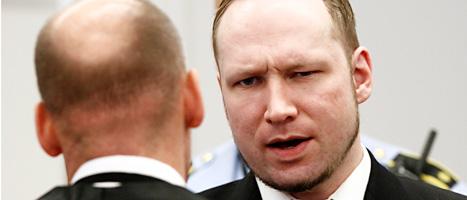 Anders Behring Breivik talar med sin försvarare Geir Lippestad. Foto: Heiko Junge/Scanpix