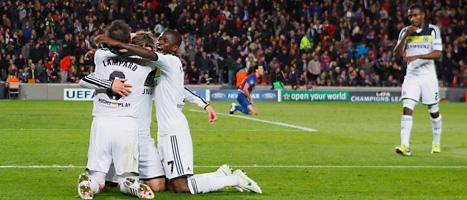 Chelseas spelare kramar om varandra efter segern mot Barcelona. Foto: Andres Kudacki/Scanpix.