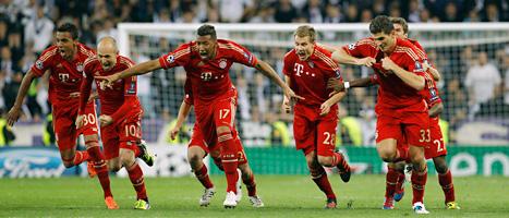 Bayern Münchens spelare jublar över segern över Real Madrid.  Foto: Daniel Ochoa de Olza/Scanpix