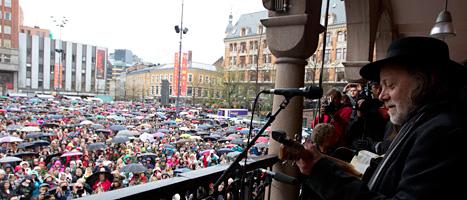 Massor av norrmän ville sjunga i protest mot massmördaren Breivik. Foto: Kyrre Lien/Scanpix