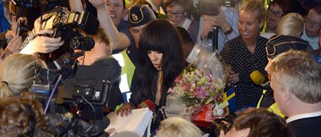 Loreen är hemma i Sverige igen. Många mötte henne på flygplatsen och ville ha autografer. Foto: Leif R Jansson/Scanpix
