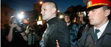 Ryska poliser i bråk med demonstranter i Moskva. Foto: Alexander Zemilianichenko/Scanpix