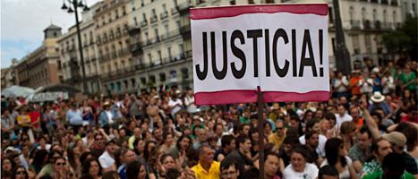 Folk samlades på torgen för att protestera. Foto: Scanpix
