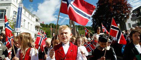 Norska skolbarn firar 17 maj. Foto: Lise Åserud/Scanpix