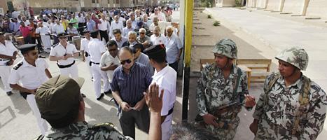 Soldater vaktar vid en val-lokal i Egypten. Foto: Amr Nabil/Scanpix