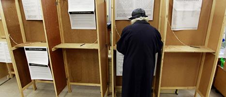 En äldre dam röstar i folkomröstningen i Irland. Foto: Peter Morrison/Scanpix