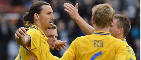 Svenskarna klappar om varandra efter mål mot Serbien. Foto: Anders Wiklund/Scanpix
