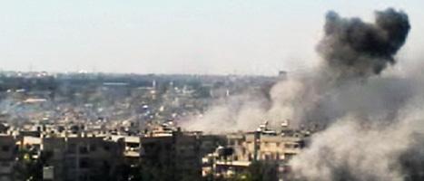 Bomber regnar över staden Homs i Syrien. Foto: Bambuser/AP/Scanpix