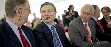 Företaget Nevs har köpt Saab. I mitten på bilden ser du Nevs chef  Kai Johan Jiang. Foto: Scanpix.