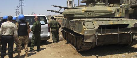 FN-soldater har kommit till staden Homs för att undersöka vad som hänt i striderna mellan rebeller och regeringens soldater. Foto: David Manyua/UN/Scanpix