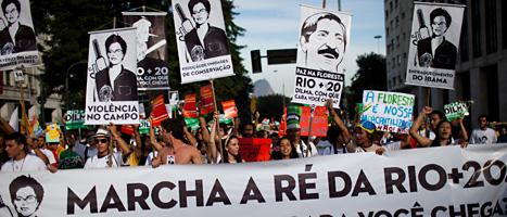 De demonstrerar för bättre miljö. Foto: Felipe Dana/Scanpix