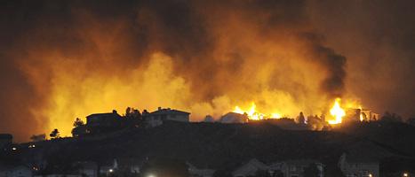 Folk har fått fly undan elden. Mänga människor har blivit hemlösa efter bränderna i USA. Foto: Jerilee Bennet/AP/Scanpix