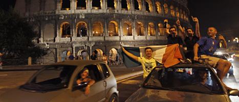 italienska fotbollsfans firar fotbollslagets finalplats. Foto: Alessandra Tarantino/Scanpix