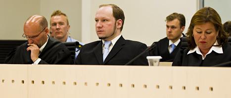 Anders Behring Breivik tillsammans med sina båda advokater i domstolen. Foto: Vegard Grött/Scanpix.