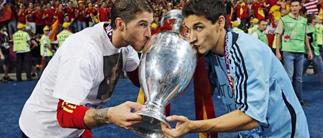 Sergio Ramos och Jesus Navas kysser EM-bucklan efter Spaniens storseger i finalen mot Italien. FOTO: Matthias Schrader/SCANPIX