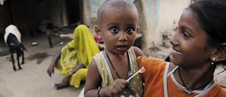 En mamma i Indien tillsammans med sitt barn. Foto: Rajesh Kumar Singh/Scanpix