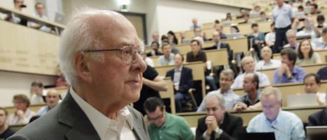 Peter Higgs på forskarmötet i Schweiz på onsdagen. FOTO: Denis Balibouse/SCANPIX