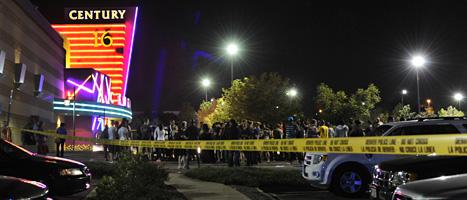 Poliserna har spärrat av området vid biografen i Aurora. FOTO: Karl Gehring/SCANPIX