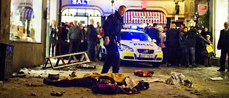 En polis vid platsen där bomben exploderade i Stockholm julen 2010. FOTO: Magnus Hjalmarsson Neideman/SCANPIX