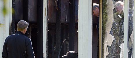 Poliser vid villan i Ystad. Där tändes en eld natten mellan måndag och tisdag. FOTO: Johan Nilsson/SCANPIX