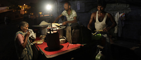 Fler än 600 miljoner människor drabbades av strömavbrottet. FOTO: Altaf Qadri/SCANPIX