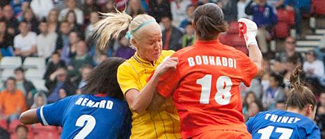 Caroline Seger kämpar om bollen mot Frankrike. Sverige förlorade matchen och åkte ur OS. FOTO: Chris Clark/SCANPIX