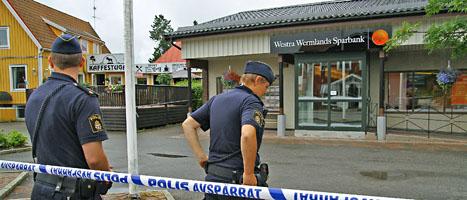 Poliserna har spärrat av platsen utanför banken i värmländska Töckfors. FOTO: Bengt Andersson/SCANPIX