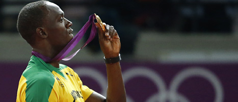 Usain Bolt med sin femte guldmedalj. Foto: Matt Dunham/Scanpix