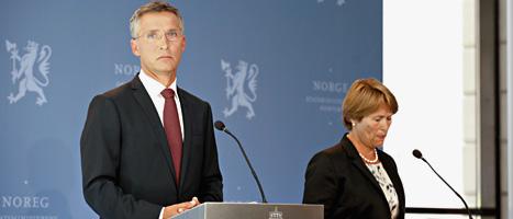 Jens Stoltenberg och justititeministern Grete Faremo talar till journalister efter att rapporten om polisens arbete 22 juli blivit släppt. FOTO: Anette Karlsen/SCANPIX