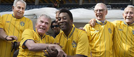 Svenske Agne Simonsson och brasilianska Pelé är några av spelarna från VM-finalen 1958 som är på Råsunda för att ta farväl av arenan. FOTO: Jonas Ekströmer/SCANPIX