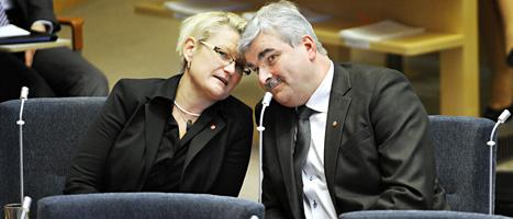 Carina Moberg pratar med Håkan Juholt inför partiledardebatten i riksdagen förra året. FOTO: Tomas Oneborg/SvD/SCANPIX
