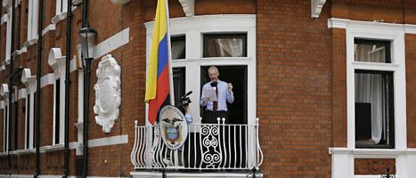 Julian Assange talar till folket utanför Ecuadors ambassad i London. FOTO: Kirsty Wigglesworth/SCANPIX