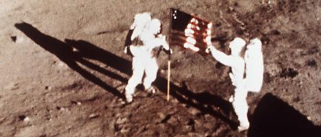 Neil Armstrong och Buzz Aldrin sätter upp USAs flagga på månen. Buzz Aldrin blev den andra människan på månen. Foto: AP/NASA/Scanpix