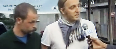 Johan Persson och Martin Schibbye pratar med en etiopisk tv-reporter utanför fängelset. De sade att de ångrade att de hade rest olagligt i Etiopien.