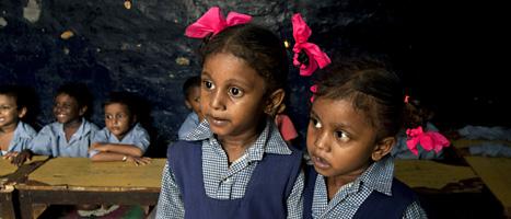 Skolflickor i ett fattigt område i New Dehli i Indien. Foto: Tsering Topgyal/Scanpix