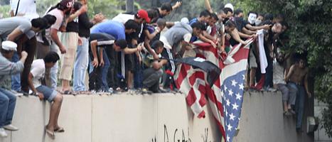 Demonstranter i Kairo protesterar mot USA utanför den amerikanska ambassaden. Foto: Mohammed Abu Zaid/AP/Scanpix