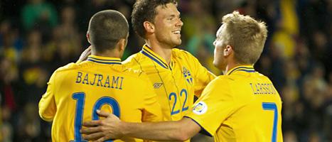 Marcus Berg kramas om av Emir Bajrami och Sebastian Larsson efter 2-0-målet mot Kazakstan. Foto: Göran Barkfors/Scanpix
