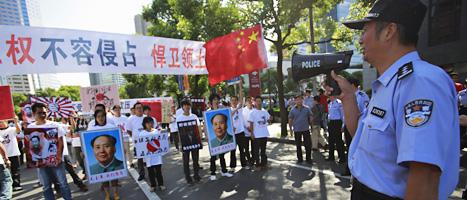 Kineser i staden Shanghai demonstrerar mot Japan. Foto: Eugene Hoshiko/Scanpix