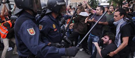 Poliser och demonstranter bråkade i Madrid i Spanien. Foto: Daniel Ochoa de Olza/Scanpix.