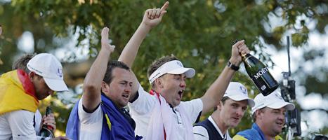 Några av golfspelarna från Europa jublar över segern. Peter Hansson är längst till höger. Foto: Charlie Riedel/Scanpix