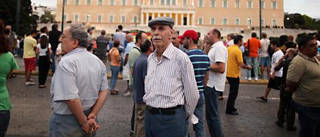 Folk har samlats vid Greklands riksdag för att protestera. Foto: Petros Giannakouris/Scanpix.