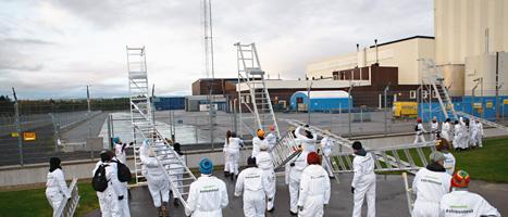Folk från Greenpeace tar sig in på området vid Forsmarks kärnkraftverk. Foto: Greenpeace/Scanpix