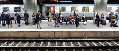 Folk väntar på ett försenat tåg på tågstationen i Stockholm. Foto: Tomas Oneborg/Scanpix