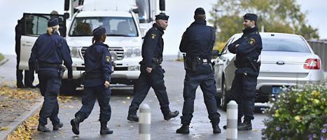 Poliser vid USAs ambassad i Stockholm. Foto: Claudio Bresciani/Scanpix.